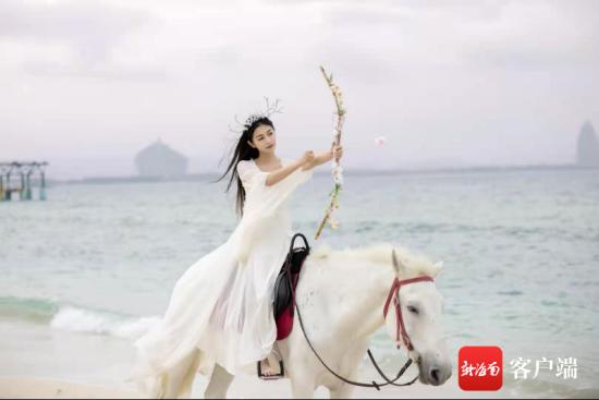 一袭白裙一匹白马,阿伦用最天然的方式展现海南的美。受访者供图