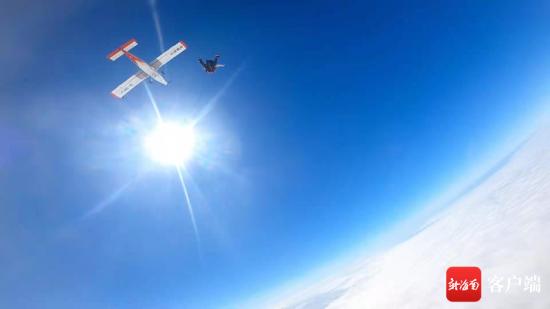 阿伦从4000米高空一跃而下。受访者供图