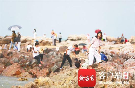 2月16日,游客在东方市鱼鳞洲风景区的礁石上拍照留念。海南日报记者 李天平 摄