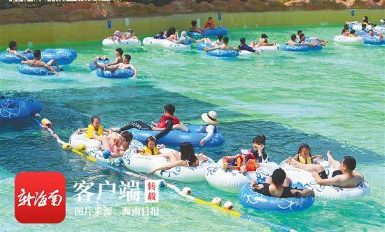 2月16日,三亚海棠湾亚特兰蒂斯酒店水上世界游乐区,游客在温暖的阳光下畅玩各种水上项目。王凯 摄