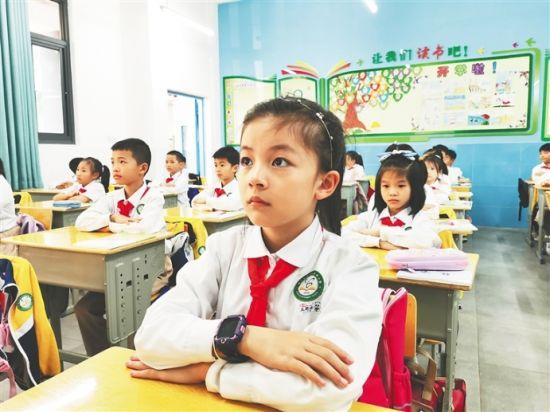 新学期开启,海口市长滨小学二年级学生在教室上课。学校供图