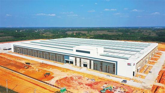 2月23日下午,定安新世纪装配式建筑产业基地施工现场,厂房主体结构及堆场施工已经完成,主体建筑初现雏形。通讯员 张博 摄
