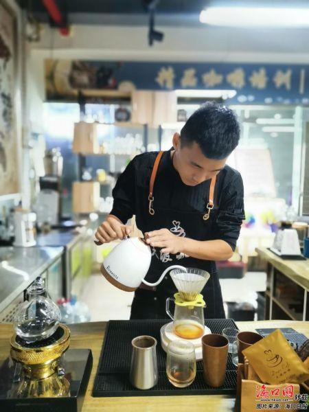 王俊在精心冲调咖啡。 记者 史瑞丽 摄