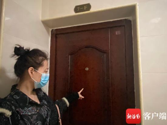 """海口望海豪庭业主拿到新居 ,二号楼每层F户的防盗门却都""""装反""""了。"""
