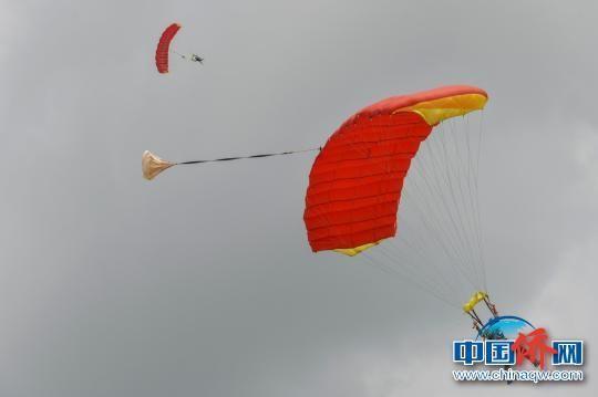 高空跳伞旅游项目亮相海南侨乡万宁