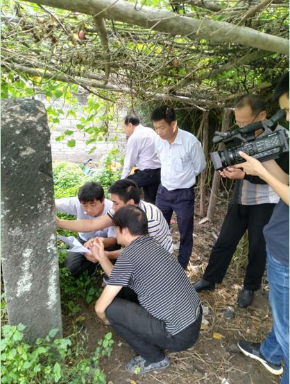 2020年10月,中���K�Y研究�W���<�W者�3糖巴�儋州市��地考察�K�|坡居住地桄榔庵,在�H存的清康熙四十五年重修所立石碑前核校碑文。