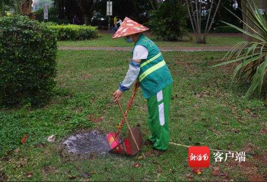 �@�^工作人�T清理祭祀垃圾。