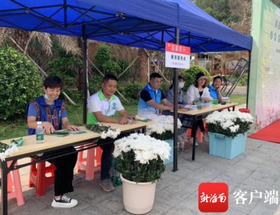 陵水文明祭扫服务点主动引导群众用香烛纸钱置换鲜花。陵水民政局供图