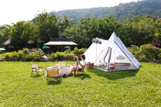 游客在湿地帐篷前拍照打卡 景区供图