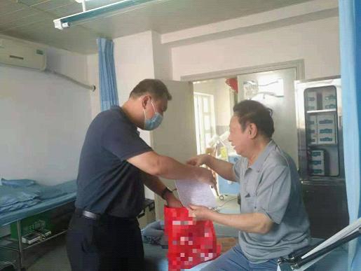 陈卫东同志为吴琼开同志送上学习资料