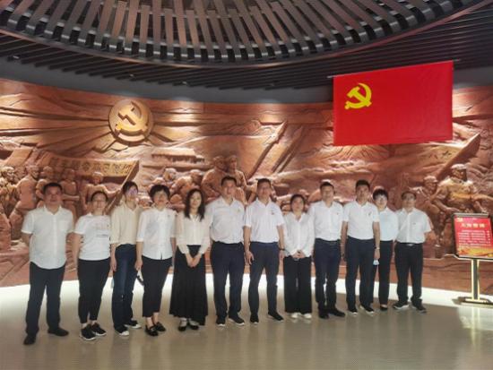 参观海南省史志馆