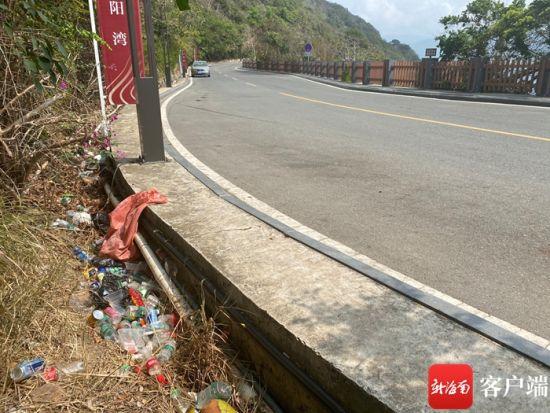 太阳湾路旁的垃圾。记者 张宏波 摄