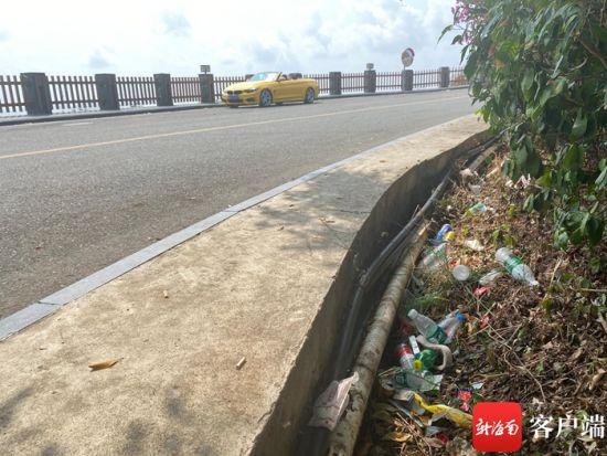 太阳湾路旁垃圾。记者 张宏波 摄