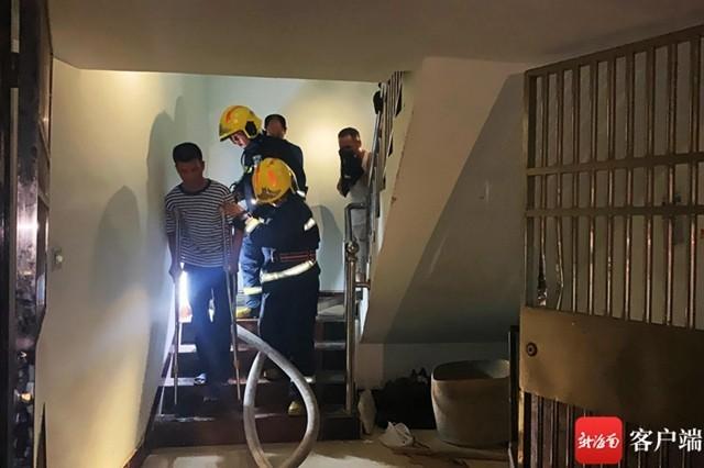 三亚一居民楼着火浓烟滚滚 消防员紧急搜救8人