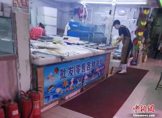 北京市丰台区一家菜市场内售卖的水产。 中新网记者 谢艺观 摄