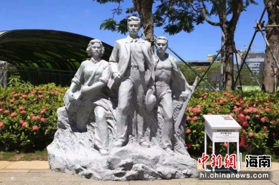 雕塑《琼崖华侨联合总会回乡服务团》,传神塑造了华侨回乡参加抗战的形象。主办方供图