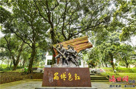 """琼山区大坡镇塔昌村内矗立的""""红色塔昌""""英雄雕塑。康登淋 摄"""