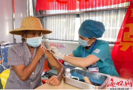 村民接种新冠疫苗。卢海浪 摄