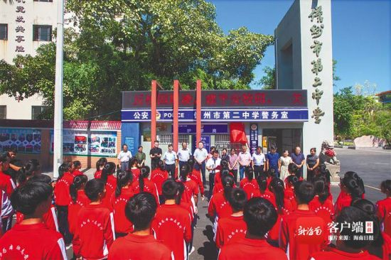 6月16日,儋州市第二中学清华附中创新实验班也在同日揭牌。罗鑫 摄