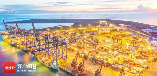 在洋浦经济开发区国际集装箱码头,一片繁忙景象,货轮停靠在泊位里。海南日报记者 陈元才 摄