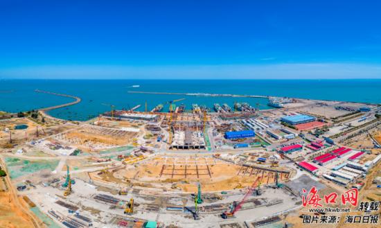 海口新海滚装码头客运综合枢纽站和交通枢纽项目工地塔吊林立,现场一派繁忙景象。 海口日报记者 康登淋 摄