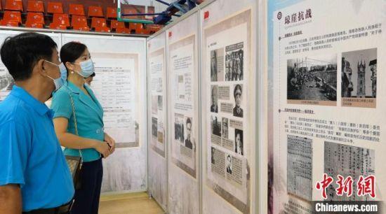 市民参观展览。 尹海明 摄