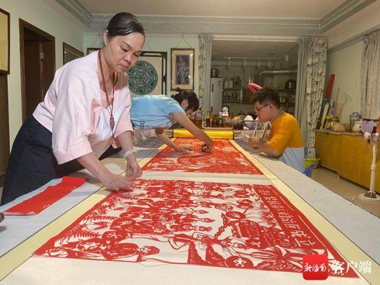 《百年路 海南潮》剪纸作品创作团队成员覃平珍。黄海桃供图