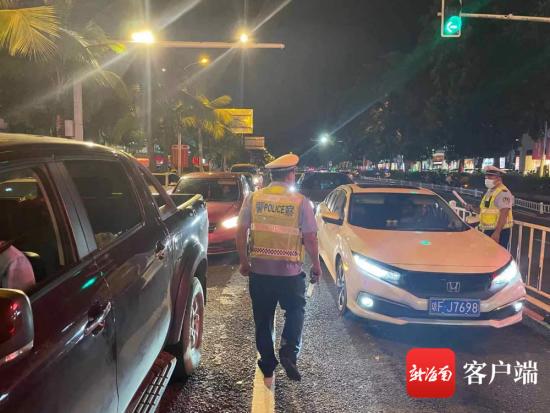 儋州市公安局民警正在开展道路交通秩序集中整治工作