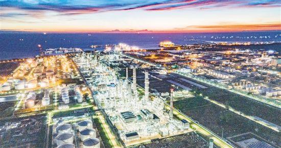 近日,在洋浦经济开发区中国石化海南炼油化工有限公司,夜色下的厂区灯火辉煌,生产繁忙。 陈元才 摄