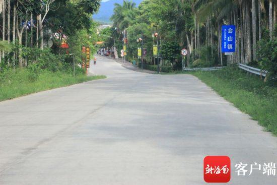 该县道至会山镇的路面无任何交通标线。记者 苏桂除摄