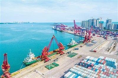 数据显示,上半年海南以17.5%的GDP增速紧随湖北,在全国各省份增速中名列第二。图为海南海口港集装箱码头装卸货物的繁忙景象。石中华摄