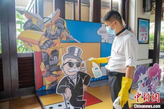 金茂三亚亚龙湾希尔顿大酒店,工作人员对酒店内设施进行消毒作业。 甄儒坤供图