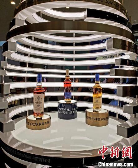 在三亚国际免税城,皇家布莱克拉Royal Brackla三款单一麦芽威士忌酒全球免税首发。 王晓斌 摄