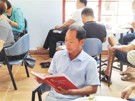 村民在才存村咖啡书屋阅读。高懿 摄