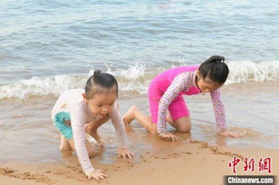 孩子在沙滩玩耍。 符宇群 摄