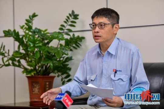 海南金海浆纸业有限公司总经理杨长建接受记者专访。 骆云飞 摄