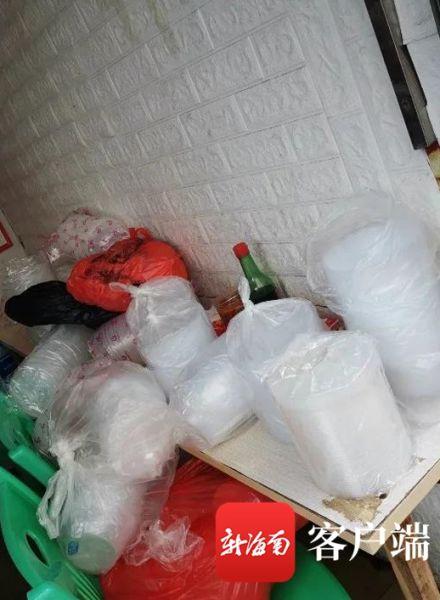 执法人员现场查获的一次性不可降解塑料制品
