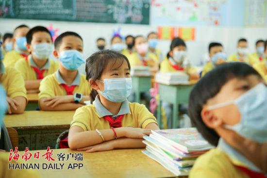 资料图:海口市琼山区第五小学,学生们迎来开学第一天。记者 张茂 摄