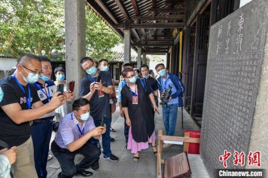 海外华文媒体代表走访儋州市东坡书院。 骆云飞 摄
