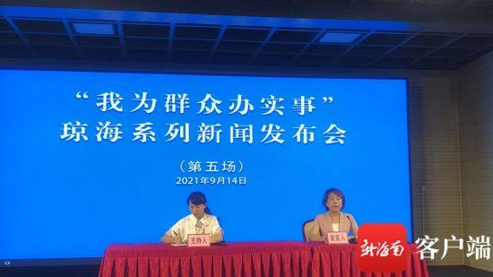 琼海市妇女联合会主席冯玉介绍情况。记者苏桂除 摄