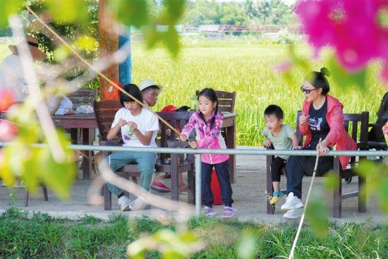 9月21日,市民游客在红花共享农庄体验钓鱼的乐趣。记者 李学仕 摄