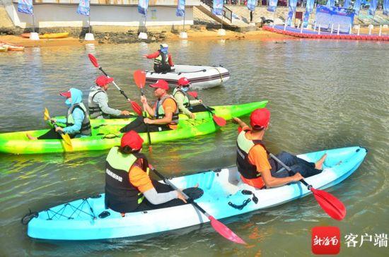 市民体验桨板项目。 通讯员海宁 摄
