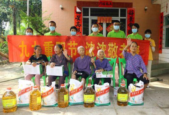 10月12日,三亚南山文化旅游区员工为鸭仔塘老人送温暖、合影。陈文武摄