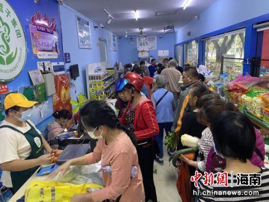 海口市民在平价商店购买平价菜。符宇群摄