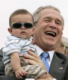 在布什总统怀抱里的可爱宝宝