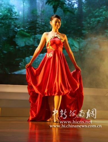 佳丽展示黎苗民族特色创意设计服饰
