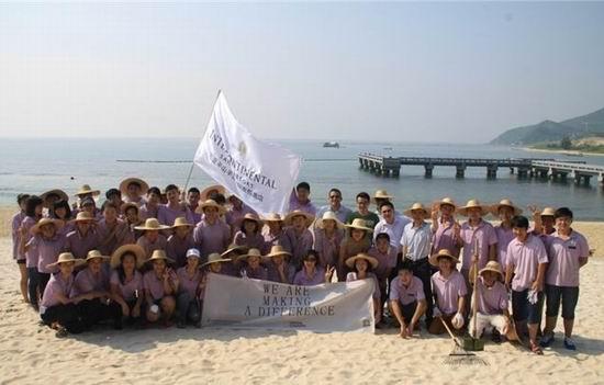 """此次活动中三亚半山半岛洲际度假酒店提倡""""清洁沙滩,保护环境"""""""