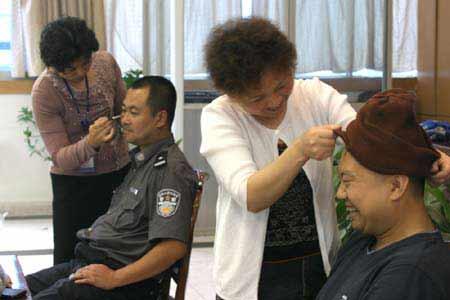 警察玩白袜帅哥视频_女童在香港盗走3600万元项链盘点那些奇葩的