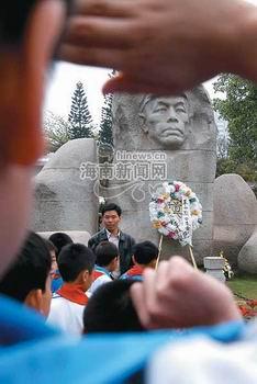 小学生们向冯白驹将军雕像