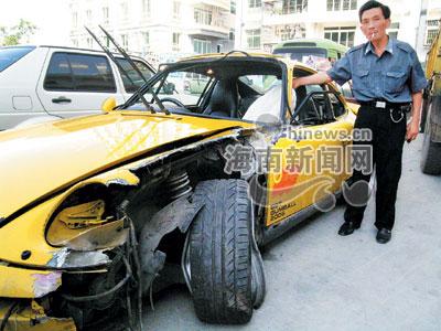 香港法拉利跑车撞翻三亚农用车 司机仅受轻伤高清图片